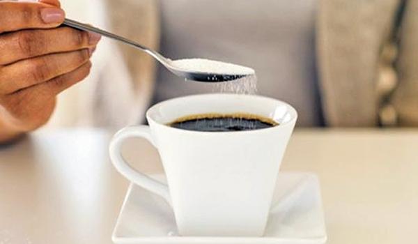 Os perigos de adoçar o café com açúcar
